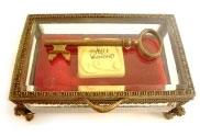 アリス・イン・ワンダーランド ペーパーウェイト:かぎの入ったケーキの箱 単品[Monogram]《在庫切れ》